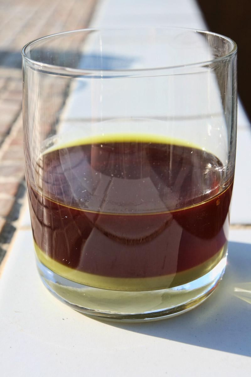 Dýňový olej s usazenými nečistotami